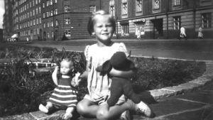 Tuva Korsström på Humlegatan i Helsingfors. I slutet av 1940-talet eller början av 1950-talet.