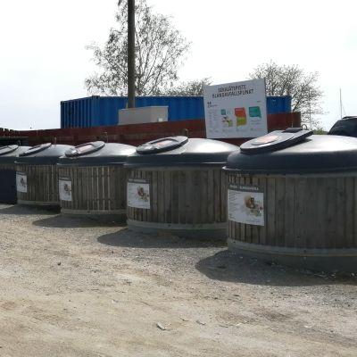 Kärl i en ekopunkt där man samlar sopor som sorteras.