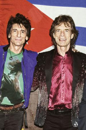 The Rolling Stones poseeraa Kuuban lipun edessä 2016. Kuva konsertti-dokumenttielokuvasta Havana Moon.