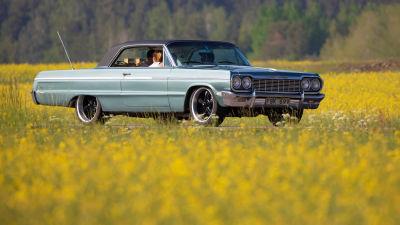 Chevrolet Impala som kör längs landsvägen.