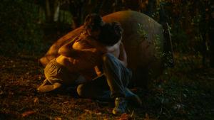 Merab (Levan Gelbakhiani) och Irakli (Bachi Valishvili) omfamnar varandra i en mörk skog.