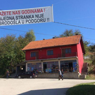 By i Bosnien med skylt över att politiker är förbjudna i byn.