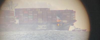 Skärmdump från en video tagen av ett ögonvittne visar hur containrar brinner ombord på fraktfartyget Zim Kingston.