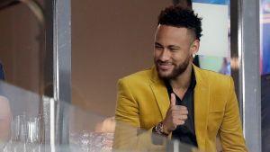 Neymar tittar åt sidan och visar tummen upp.