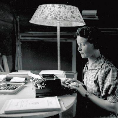 Författaren Sally Salminen skriver på skrivmaskin. Fotot taget på 1940-talet.