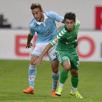Celta Vigon Jordan Dominguez Rajo kamppailee pallosta testiottelussa Greuther Fürthin Zhi Gin Lamia vastaan