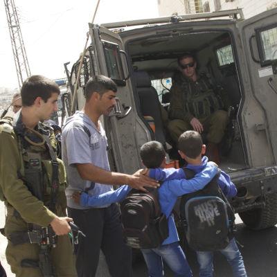 8 & 9-åriga pojkar interneras av israeliska styrkor i Hebron 240914