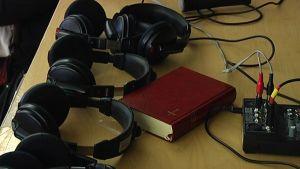 Hörlurar och en bibel på Betesdaförsamlingens gusdtjänst i Ekenäs.