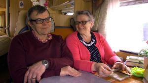 Sven och Sola Mäenpää sitter i husbilen