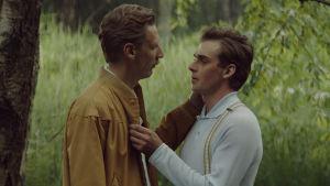 Touko (Pekka Strang) och Veli (Lauri Tilkanen) håller om varandra i sommarnatten.