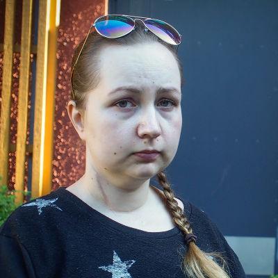 Nicole Hellberg utanför sitt boende