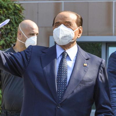 Italiens tidigare premiärminister Silvio Berlusconi lämnar sjukhuset där han behandlats för covid-19.