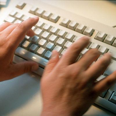 Tangentbord med knappande händer.
