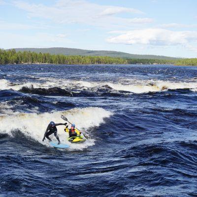 Muonion melojat ovat harrastaneet surffausta Muoniojoella kevättulvien aikaan.