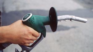 Tankning av bensin.