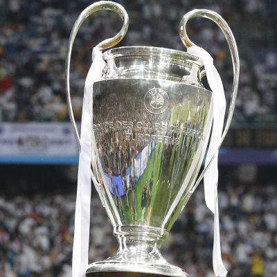 Cristiano Ronaldo firar med Champions League-pokalen.