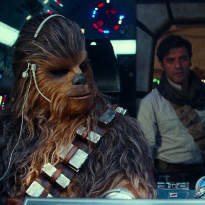 Rey (Daisy Ridley) i ett rymdskepp tillsammans med Chewbacca (Joonas Suotamo), Poe Dameron (Oscar Isaac) och Finn (John Boyega).