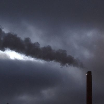 Rök väller ur en kraftverksskorsten.