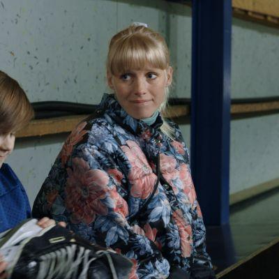 Samuli Edelmann (vas.), Aleksis Koistinen ja Laura Birn 95-elokuvassa.