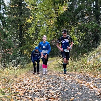 Kolme juoksijaa kapuaa nousua Vaarojen Maratonilla.