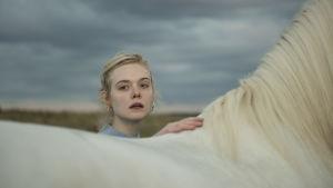 Violet kikar över ryggen på sin häst.