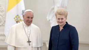 Påve Franciskus tas emot av Litauens president Dalia Grybauskaite i Vita salen i Presidentpalatset i Vilnius.