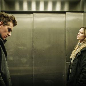 Lauri Tilkanen som Sakari Nurmi och Pihla Viitala som Sofia Karppi i tv-serien Karppi.
