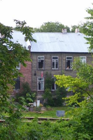 Nedslitet hus med lummig gård.