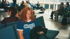 Tiina Jauhiainen nuorena lentokentän odotustilassa.