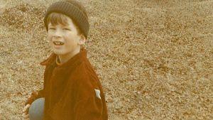 Pojke med boll. Kjell Westö som barn på 70-talet