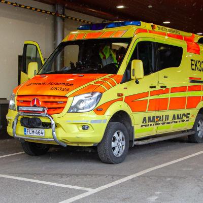 Kaksi ambulanssia K-sairaalan rampissa.