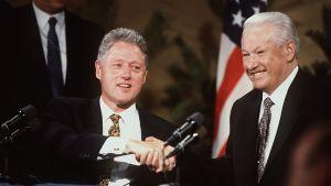 Bill Clinton och Boris Jeltsin skakar hand, 1997