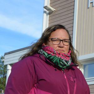 Eva Staffans framför Hirvlax skola.