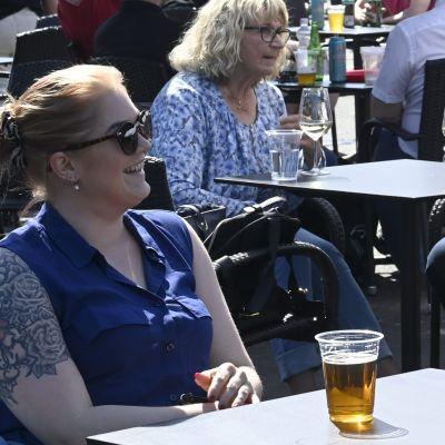 Människor som njuter på en uteservering, de dricker öl.
