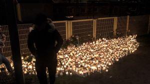 Ett ljushav lyser upp mörkret vid Lyceiparkens lekpark.