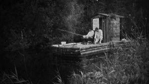 Kesäkeittiön kokit lipuvat lautalla pitkin jokea ja kalastavat.