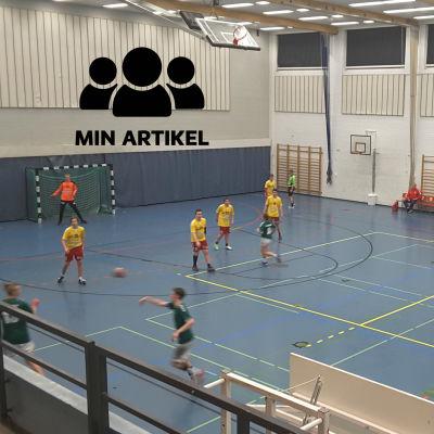 Två handbollslag spelar i en stor idrottshall.