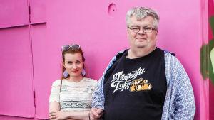 Petteri Niskanen ja toimittajat Hannamari Hoikkala ja Nicke Aldén Vantaan taidemuseon Artsin kuution edessä.