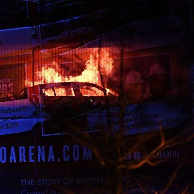 Bil brinner inne i parkeringshuset.