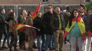 Människor med flaggor.