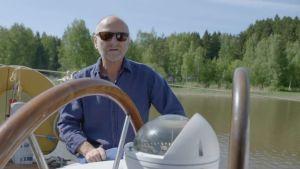 Tomy Hellsten sitter i segelbåt