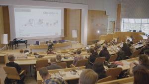 Prästen Ulrica Stigberg föreläser för församlingsarbetare
