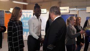 Ledamöter i Vasa ungdomsfullmäktige skakar hand med president Sauli Niinistö.