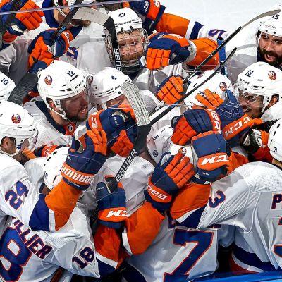 New York Islanders firar seger.