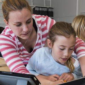 elev får hjälp av lärare