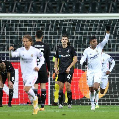 Maalin lopussa iskenyt Casemiro juhlii Real Madridin 2-2-tasoitusta