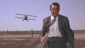 Cary Grant pakenee helikopteria. Kuva elokuvasta Vaarallinen romanssi.