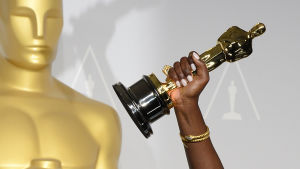 Oscar palkinto ja käsi