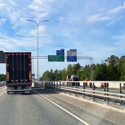 Pohjantien Oulujoen ylittävien siltojen rakentamisen loppuvaiheita kesäkuussa 2021