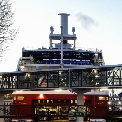 Viking Grace vid hamnen i Mariehamn 22.11.2020.